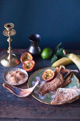 Crepes mit gegrillten Maracujas, Bananen und gerösteten Kokosraspeln