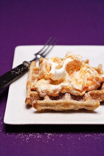 Cinnamon waffles with fruity cream