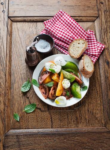 Tomaten-Büffelmozzarella-Salat