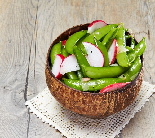 Mange tout salad with radishes, onions and pepper