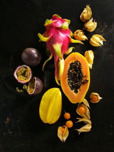 Exotische Früchte auf schwarzem Untergrund