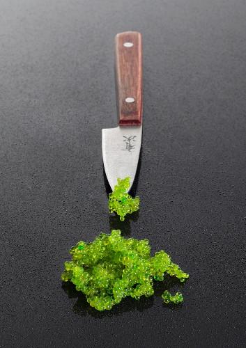 Grüner Tobiko-Kaviar vom Fliegenden Fisch mit Messer