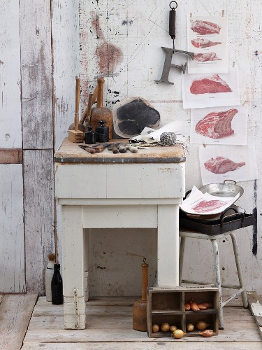Fleischblock und Holzutensilien für die Fleischzubereitung