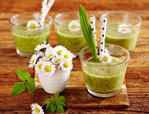 Wild herb apple smoothies with daisies