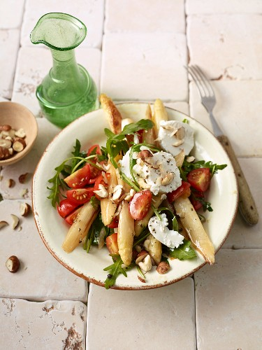Salad with fried asparagus, goat's cheese, rocket and tomatoes