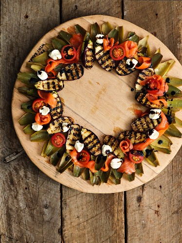 Salad with grilled aubergines, salmon, tomatoes, mozzarella and artichokes