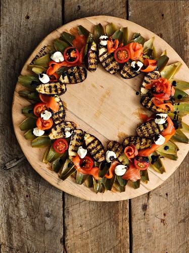 Salat mit gegrillten Auberginen, Lachs, Tomaten, Mozzarella und Artischocken