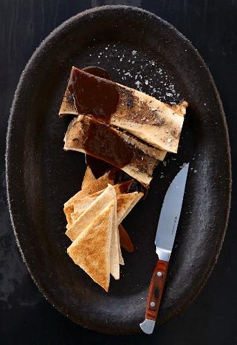 Markknochen mit Rotweinsauce und Toastecken