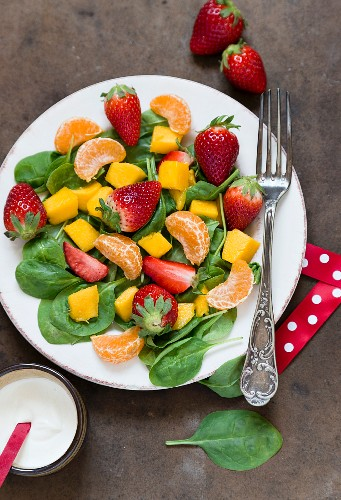 Spinach salad with fresh fruits (seen from above)