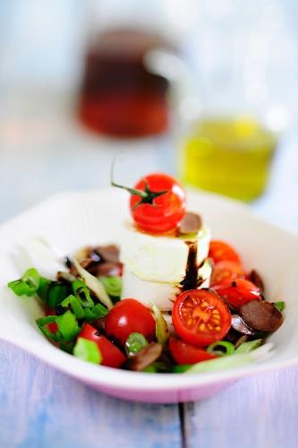 Sommersalat mit Tomaten und Brie