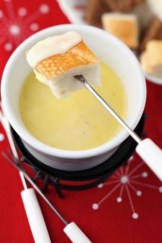 Käsefondue mit Brotwürfeln