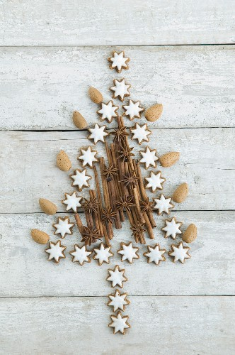 A Christmas tree made of cinnamon star biscuits, anise stars, almond and cinnamon sticks