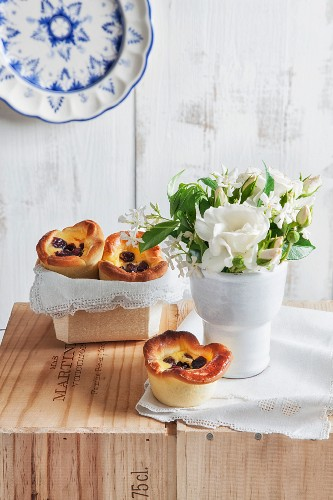 Yeast cakes with a ricotta filling and raisins