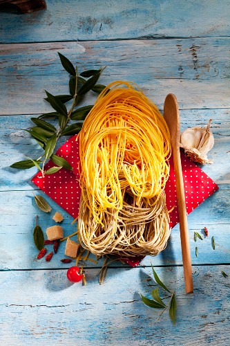 An arrangement of two types of tagliolini (seen from above)