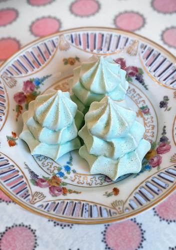 Green meringue Christmas trees for teatime