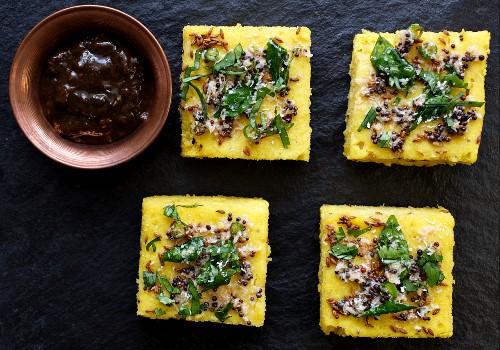 Dhokla (Kichererbsenkuchen, Indien) mit Senfsamen, Sesam und Dattel-Tamarinden-Chutney