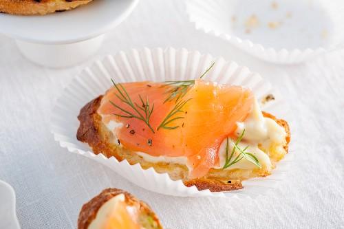 Crostino with salmon and lemon mayonnaise