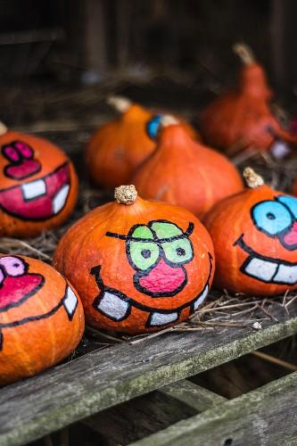 Bemalte Halloween-Kürbisse auf einer Farm