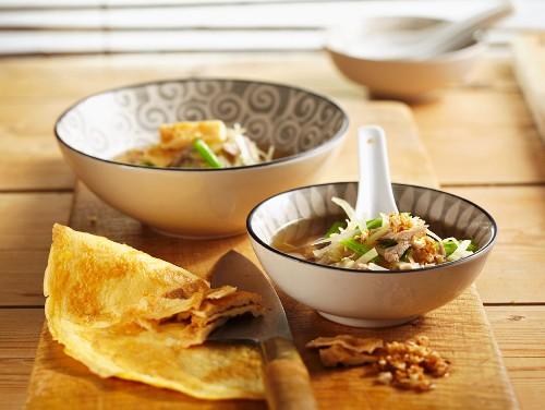 Suppe mit Schweinefleisch- und Omelettstreifen (Asien)