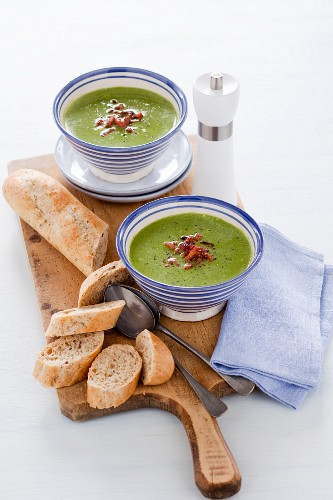 Spinach and courgette cream soup with bacon
