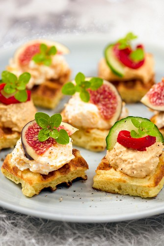 Canapés with figs, and canapés with hummus