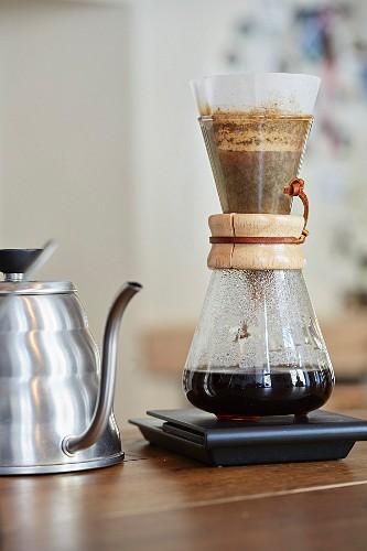 Zubereitung von Filterkaffee mit einer Chemex-Kaffeekaraffe