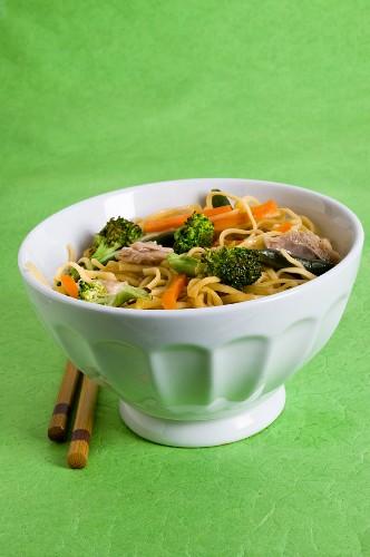 Hähnchen Chow Mein mit Möhren, grünen Bohnen und Brokkoli