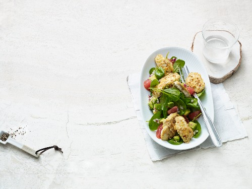 Avocado salad with spinach and sesame seed chicken (Paleo diet)