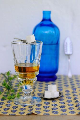Ein Glas Apfelessig, Wasserflasche und Zuckerwürfel