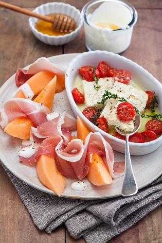 Honigmelone mit Schinken, überbackenem Feta mit Kirschtomaten & Honigjoghurt
