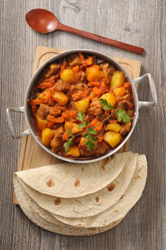 Lamb and potato ragout with tortillas (seen from above)