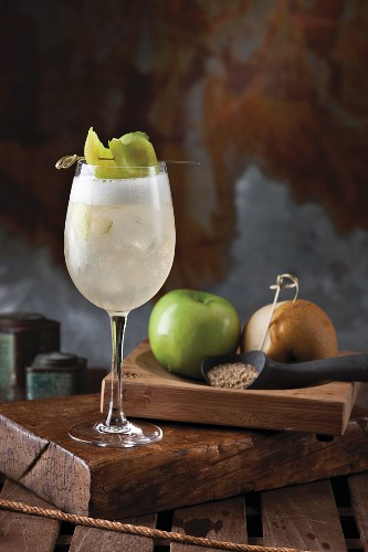 An autumnal cocktail made with vodka, apple and pear