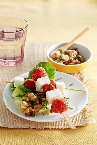 Ziegenkäse-Erdbeer-Spiesschen auf Salatblatt