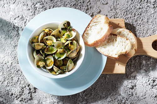 Steamed clams with herbs and white bread (seen from above)