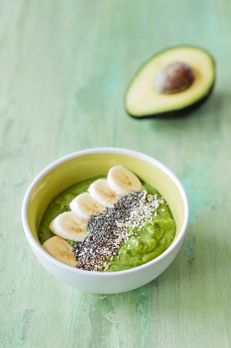 Smoothie-Bowl mit Avocado, Spinat und Banane