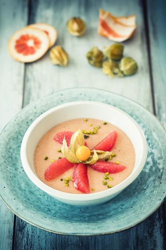 Smoothie-Bowl mit Grapefruit, Physalis und Pistazien