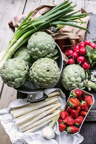 Artischocken, Spargel, Erdbeeren, Radieschen und Frühlingszwiebeln