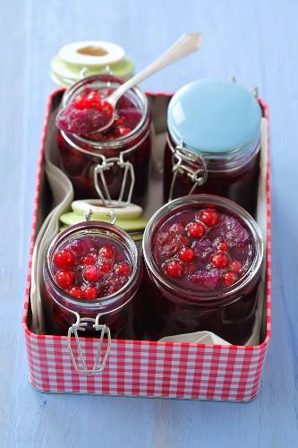Rote Johannisbeermarmelade mit Kirschen und Birnen