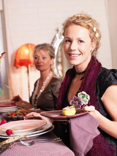 Frau hält Teller mit Vorspeise