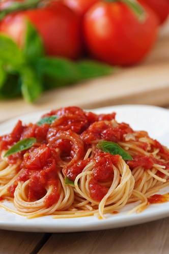 Spaghetti with tomato sauce and basil