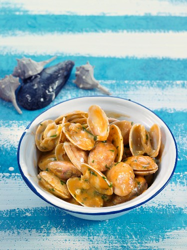 Almejas a la marinera (Venus mussels in white wine sauce, Spain)