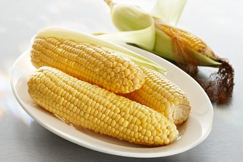 Peeled corn cobs on an oval plate