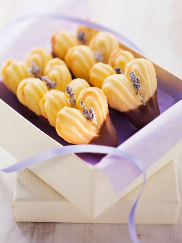 Herzförmige Plätzchen mit Lavendelblüten und Schokoglasur