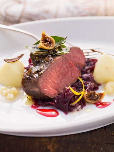 Fried saddle of venison on a bed of red cabbage with figs