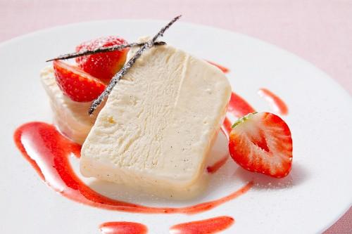Vanilleparfait mit Erdbeeren garniert