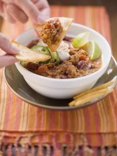 Chilli con carne with nachos