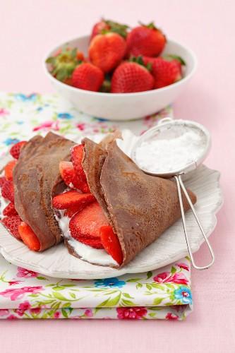 Schokoladenpfannkuchen mit Vanillequark und Erdbeeren