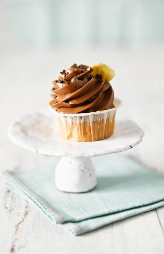 Ein Schoko-Bananen-Cupcake auf Etagere