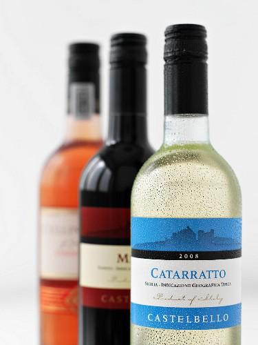 Weisswein-, Rotwein- & Roseweinflasche mit Etikett