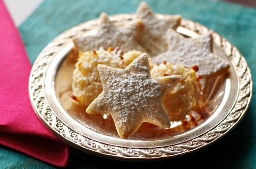 Weihnachtsplätzchen auf einem goldenen Teller